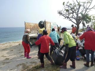小琉球沙灘海漂垃圾多 長年都是靠人力來清除