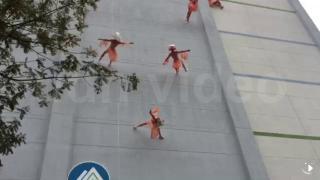 14層樓高垂直而下 舞蹈訴求減塑救海洋