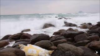 海洋悲歌! 大海龜隨垃圾沖上岸 翻肚仰躺卡礁岩