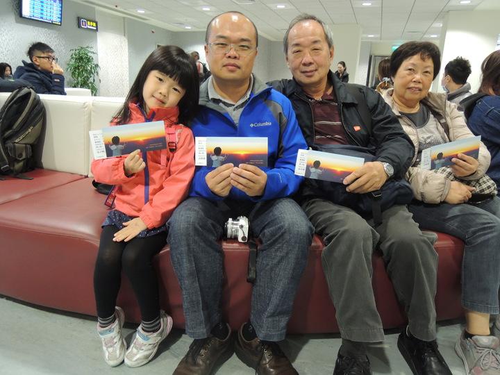 華信航空AE2016曙光專機今天6時起飛,乘客高挺瑋帶家人體驗。記者邱瓊平/攝影