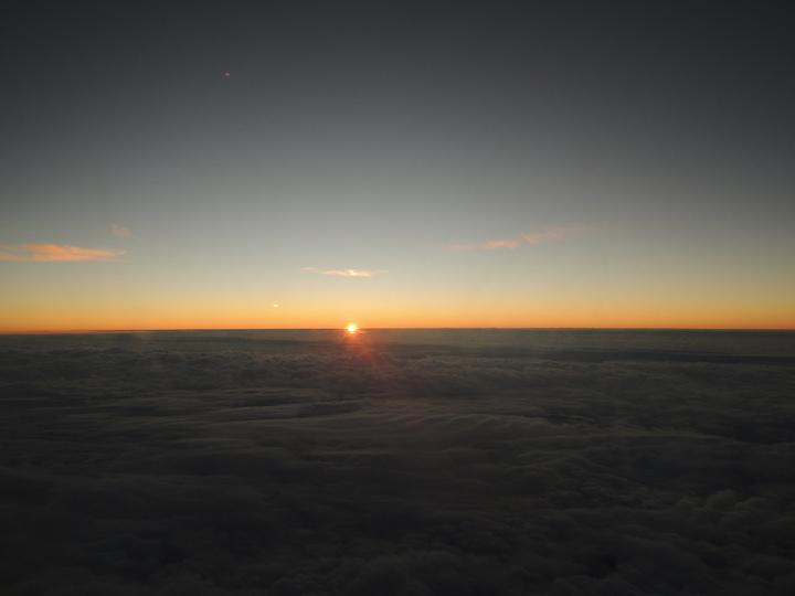 華信航空AE2016曙光專機今天上午6時起飛,飛機抵達花蓮磯崎上空時,機上乘客看到日出。記者邱瓊平/攝影