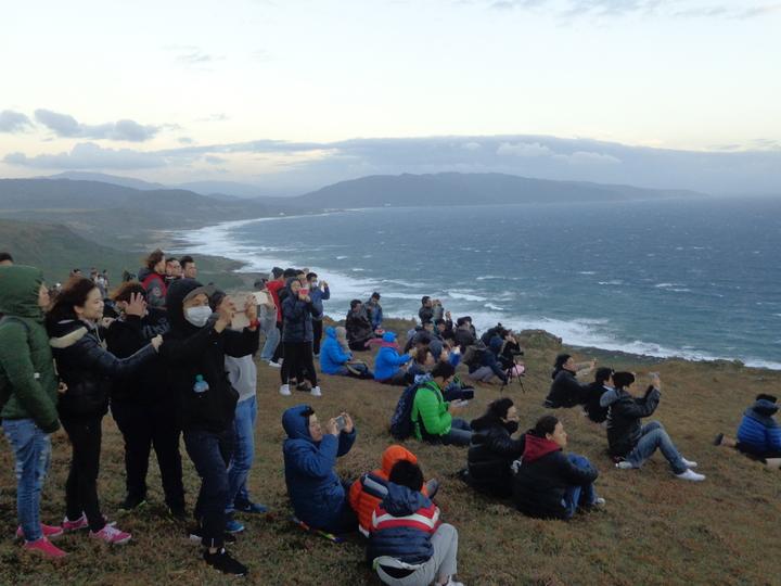 遊客忍著強風準備拍下第一道曙光。記者潘欣中/攝影