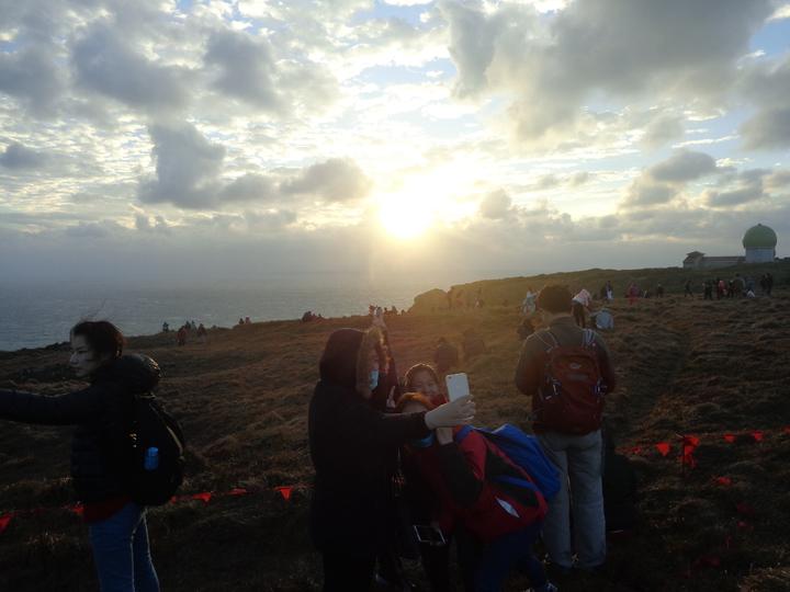 遊客忍著強風在墾丁龍磐草原迎曙光。記者潘欣中/攝影