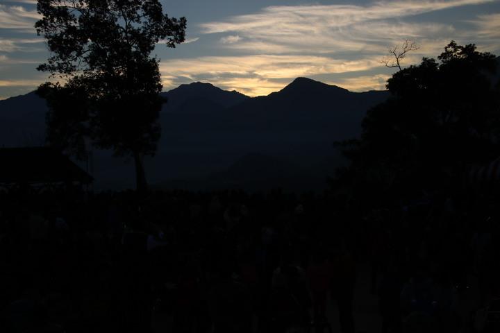 日月潭國家風景區管處今天在金龍山舉辦迎曙光,吸引逾四千人上山觀賞,山頂氣氛熱烈。記者黃宏璣/攝影