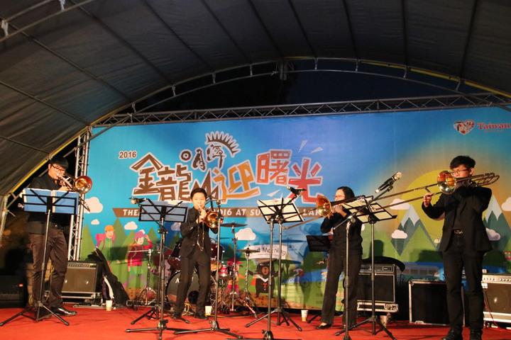 日月潭國家風景區管處今天在金龍山舉辦迎曙光,吸引逾四千人上山觀賞,樂隊表演炒熱氣氛。記者黃宏璣/攝影