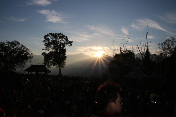 日月潭國家風景區管處今天在金龍山舉辦迎曙光,曙光初現之際現場氣氛HIGH。記者黃宏璣/攝影