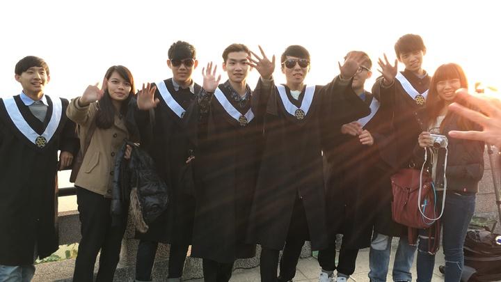 雲科大應屆畢業生到台南二寮迎接曙光,也期待迎接闡新的未來。記者吳淑玲/攝影
