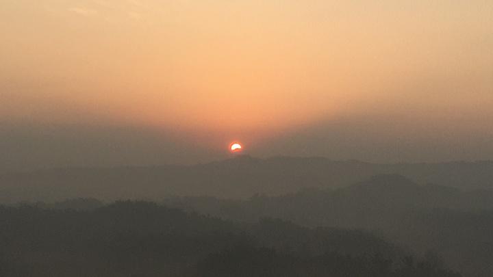 台南跨年三部曲左鎮二寮迎曙光,太陽在清晨6時53分許露出山頭。記者吳淑玲/攝影