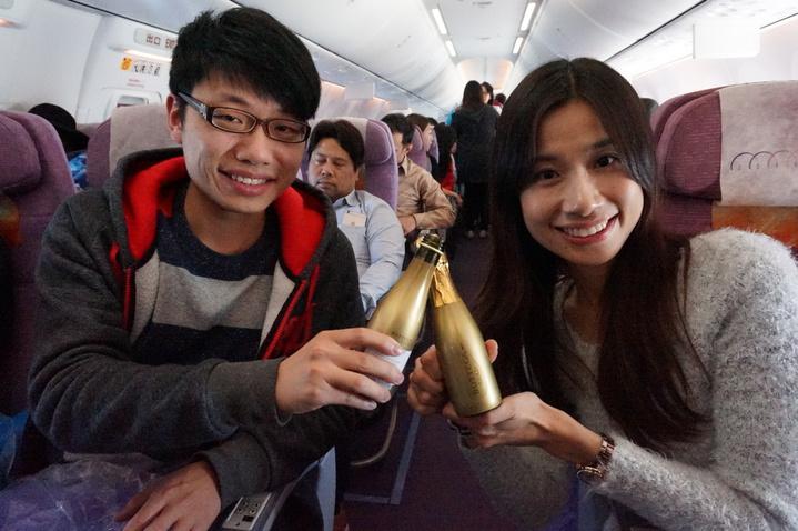 林小姐與馬先生情侶檔,迎接曙光後舉杯慶祝。記者侯俐安/攝影