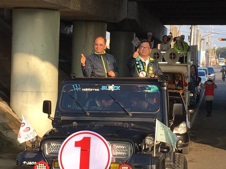 水牛伯游錫堃(左)參與嘉義縣車隊掃街挺陳明文(右)。記者謝恩得/攝影