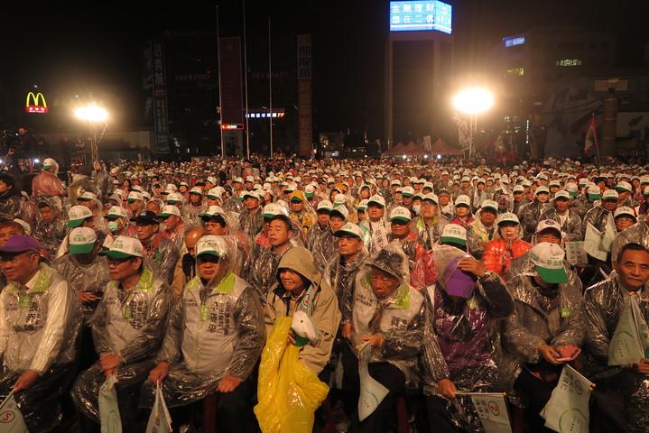 蔡英文今晚到基隆造勢,現場湧入上千民眾。記者林孟潔/攝影