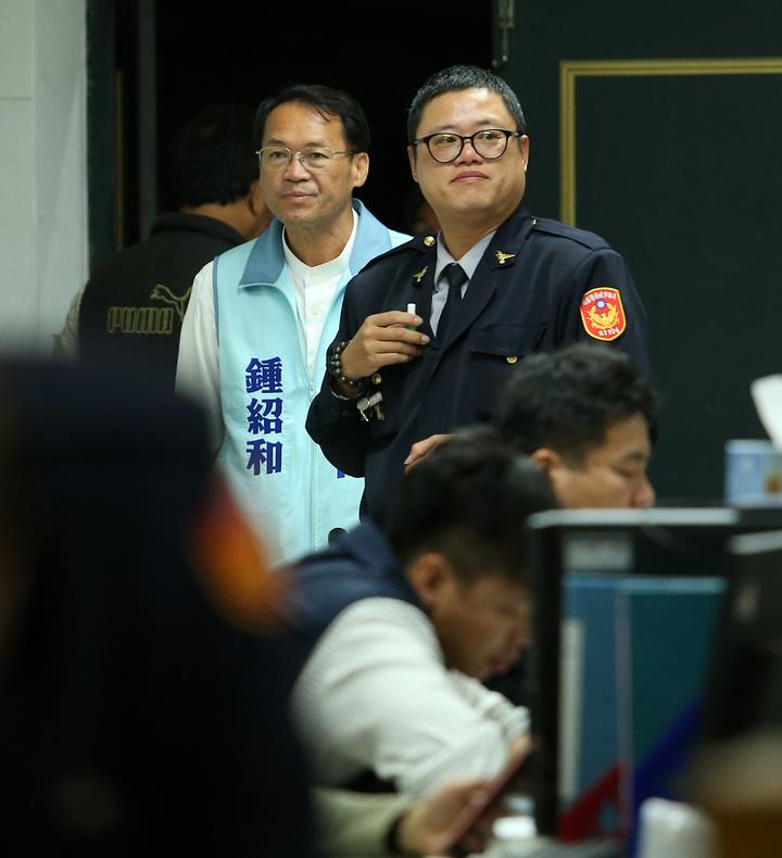 高雄市立委選舉藍綠選情白熱化,國民黨前立委鍾紹和到警局關心。記者劉學聖/攝影