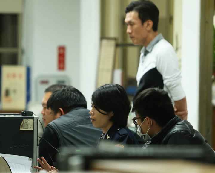 警方對雙方進行筆錄。記者劉學聖/攝影