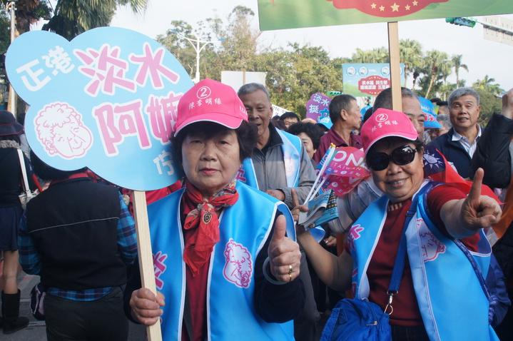 本尊現身,正港「淡水阿嬤」喬林如明(左)今天現身國民黨「為台灣安定而走、你就是力量」大遊行隊伍。記者王長鼎/攝影
