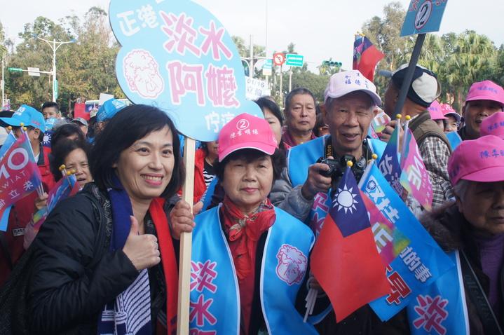「淡水阿嬤」喬林如明(左二)今天現身國民黨「為台灣安定而走、你就是力量」大遊行隊伍,民眾爭相合影成另類「嬌」點。記者王長鼎/攝影