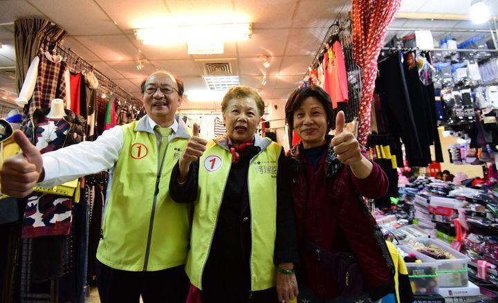 台北市長柯文哲的媽媽何瑞英,陪柯建銘到竹蓮市場拜票,受到熱情歡迎。記者李青霖/攝影