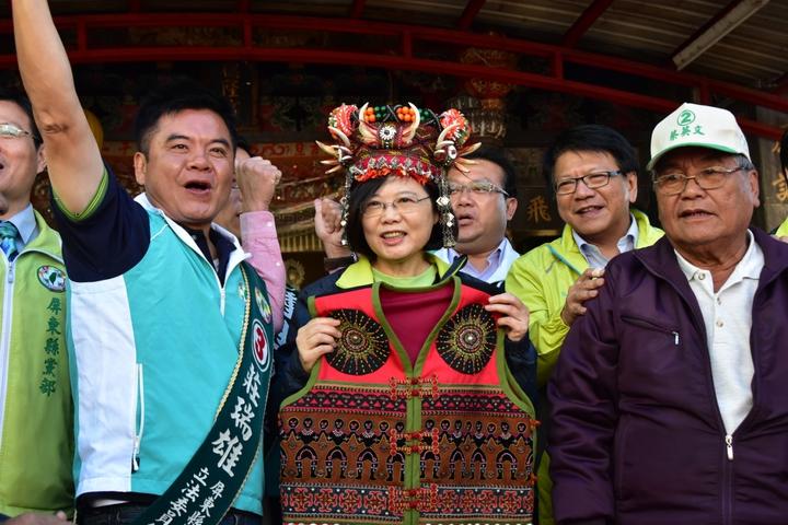 外曾祖母是排灣族的蔡英文,今天在屏東家鄉開心收到排灣族女頭目贈送的頭冠和衣飾。記者潘欣中/攝影