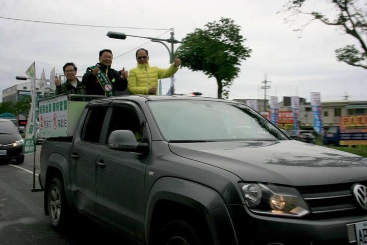 前行政院長游錫堃(右)今天下午陪同民進黨立委候選人陳歐珀(中)在溪南地區掃街拜票。記者吳佩旻/攝影