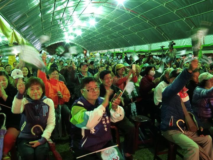 台中夜傾盆大雨,澆不熄2千多位民眾參加「蔡英文、謝志忠豐原造勢晚會」熱情。記者林佩均/攝影