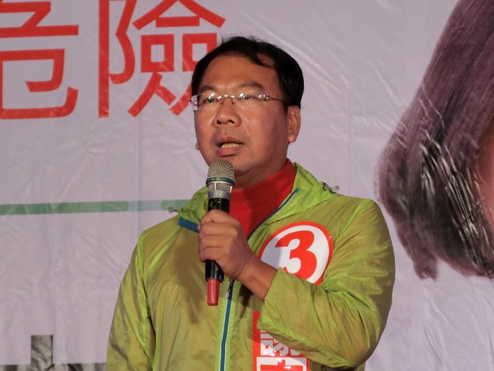 台中市第八選區民進黨立委候選人謝志忠看到2千多位民眾冒雨參加,在台上致詞數度哽咽。記者林佩均/攝影