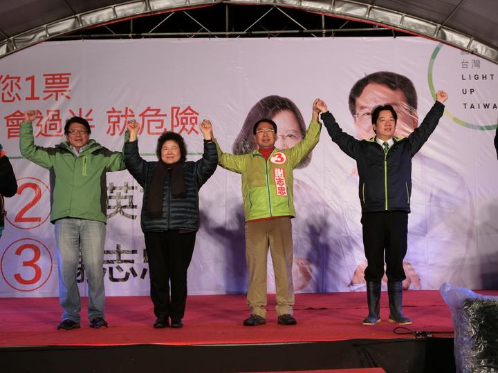 蔡英文全國競選總部主委陳菊(左二)、台南市長賴清德(右一)、屏東縣長潘孟安(左一)現身,高舉謝志忠(右二)雙手吶喊「蔡英文一票!謝志忠一票!」。記者林佩均/攝影