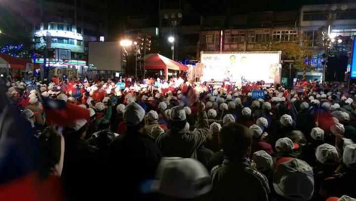 「泛藍大團結 楊鎮浯金湖造勢晚會」今晚盛大舉行,熱情民眾將會場擠滿。圖/網友提供