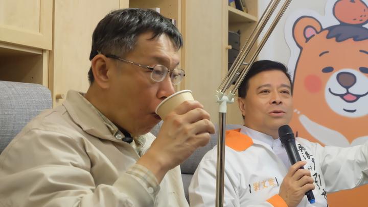 與劉文雄的對談中,柯P動作頻頻,喝咖啡還加了整包糖和奶精,反之,劉文雄的咖啡一口都沒動。記者張芮瑜/攝影