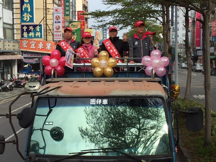 嘉義市議會前議長林承勳(右1)陪立委候選人翁壽良醫師(右2)車隊拜票。記者魯永明/攝影