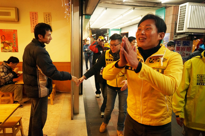 時代力量立委候選人黃國昌,今與邀林飛帆掃街。記者王柔婷/攝影
