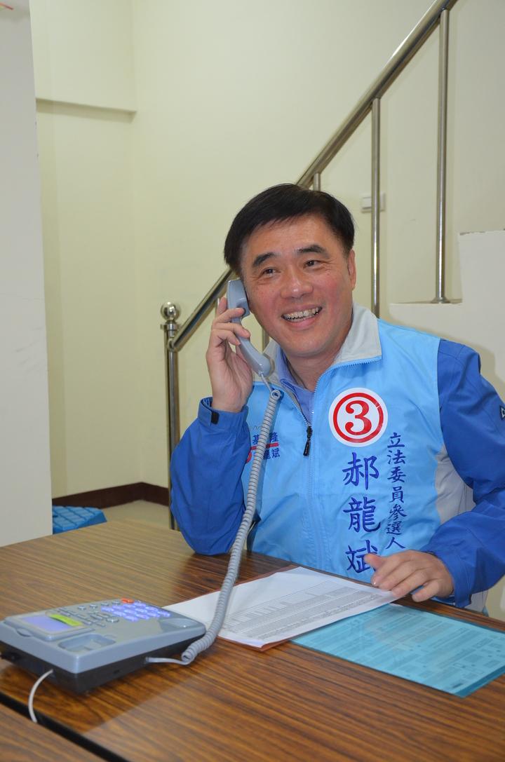 郝龍斌今晚親自打電話向民眾催票。記者游明煌/攝影