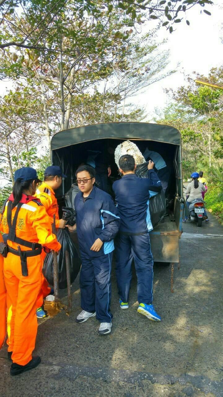 琉球國中師生、高雄大學生、海巡人員等300人於威尼斯沙灘發動淨灘活動,最後清出200公斤的垃圾。記者蔣繼平/翻攝
