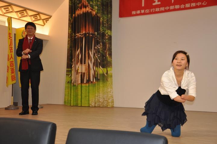 「折翼天使」郭韋齊大跳騎馬舞。記者張裕珍/攝影