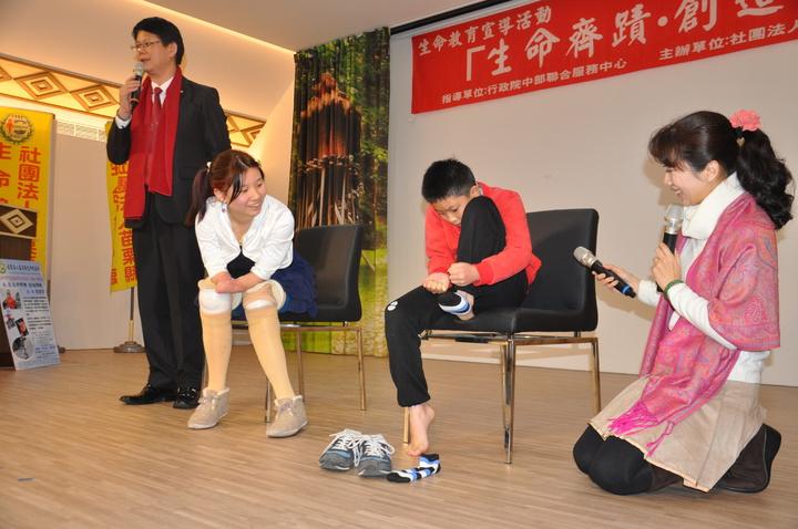 郭韋齊(左二)還邀觀眾PK穿襪。記者張裕珍/攝影