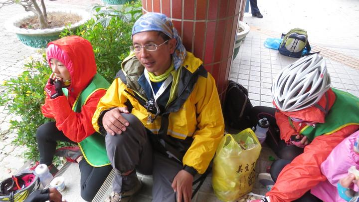 「風實在太大了!騎到橋上車子是後退的。」校長陳清圳(中)表示,生平第一次感覺到身體與靈魂整個分離,學童們都在學習克服惡劣的天候。記者胡瑋芳/攝影