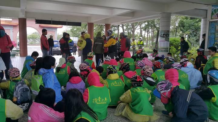 樟湖國中小學100多名師生,身穿保暖羽絨外套,頂著10年來的最低溫,要跨越台灣東西兩岸的北回歸線,要完成單車長征環島行。記者胡瑋芳/攝影