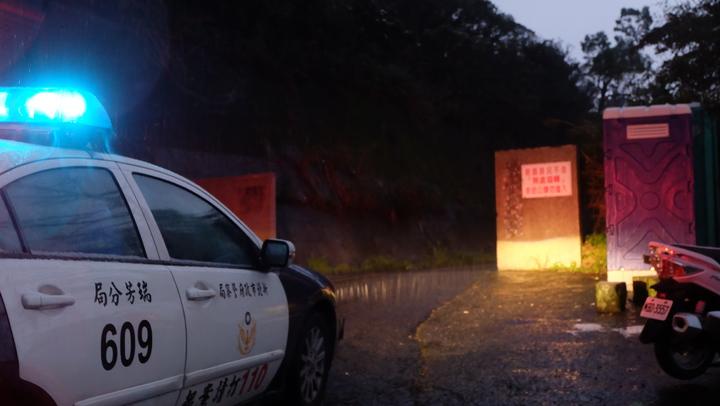 新北瑞芳警分局自24日02:20開始交通管制, 76.5k處氣象站大門前設管制站攔停查看。記者張芮瑜/攝影