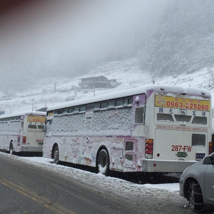 國光客運宜蘭南山路段遭遇冰封。照片/國光客運提供。