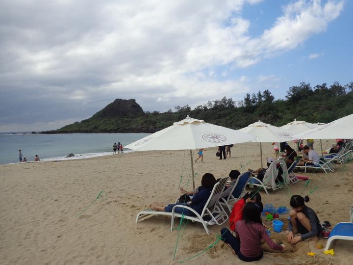 墾丁天氣回暖,遊客躺在沙灘椅享受冬陽。記者潘欣中/攝影