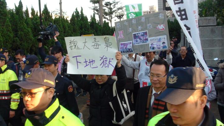 頂新案被告魏應充今出庭二審應訊,群眾包圍舉牌抗議。記者宋柏誼/攝影