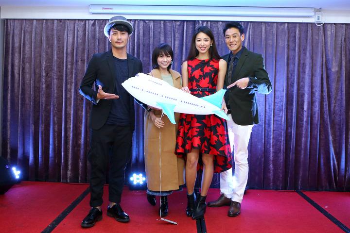 郭彥甫(左起)、黃姵嘉、林可彤、TOMO出席公司尾牙。圖/會星堂經紀提供
