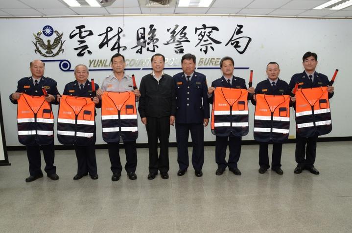 義警大隊長吳岳樺(右4),購置裝備贈予義警,縣警局長黃明昭(左4)表示感謝。圖/警方提供