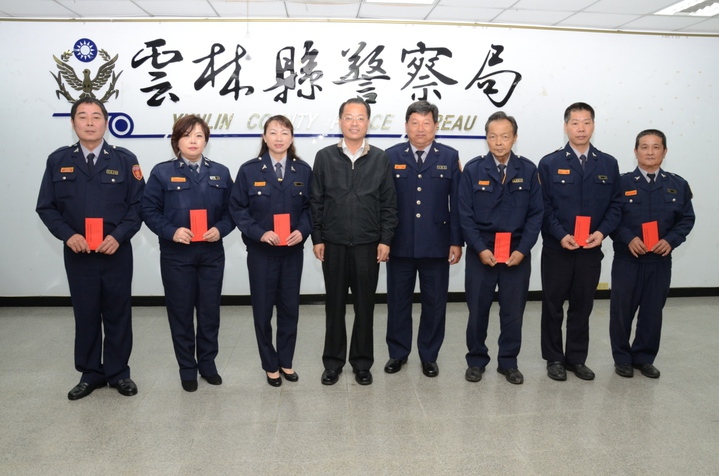縣警局長黃明昭(左4)頒發獎勵金,感謝義警大隊長吳岳樺(右4)與協助破案的義警。圖/警方提供
