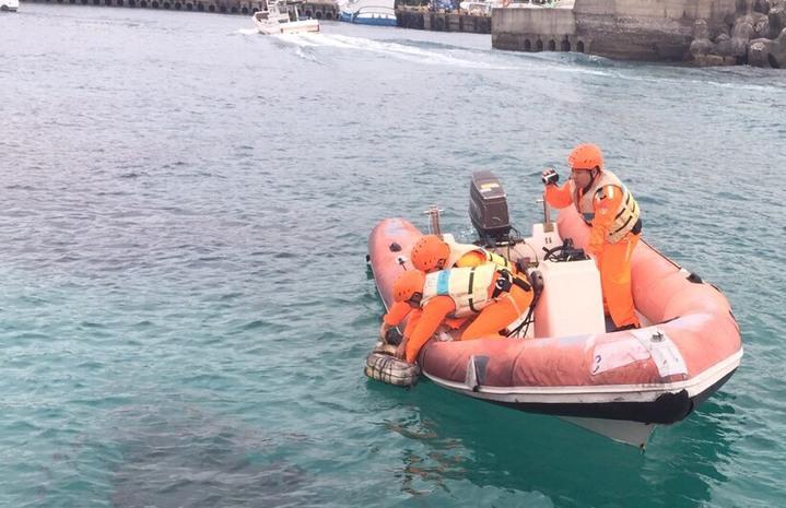 小琉球大福漁港今天發現一隻死亡海龜,海巡人員接獲通報後前往打撈。記者蔣繼平/翻攝