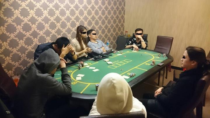 台南市警二分局民權派出所今天查獲獲職業德州撲克賭場,以29歲年輕貌美女荷官發牌,吸引男賭客上門。記里黃宣翰/翻攝