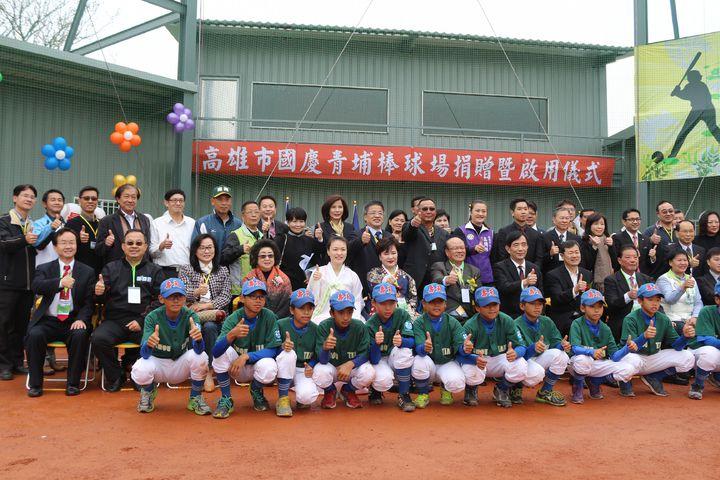 韓僑王國慶無償捐贈給市府青埔棒球場,冬季提供韓國職業隊樂天巨人隊訓練,其他時段由教育局管理,推展棒球運動。記者徐如宜/攝影