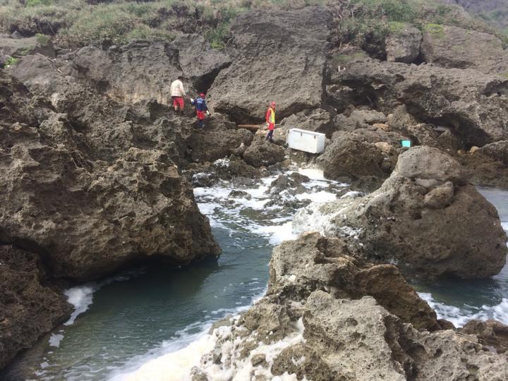 搜救人員在岸際水域持續搜尋。圖/威鯨救難協會提供