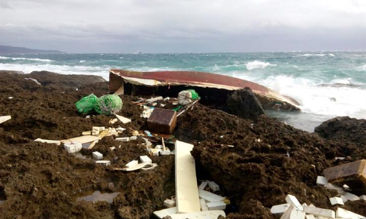 今天在龍磐公園南邊岸際發現疑似翻覆的船骸。記者蔣繼平/翻攝