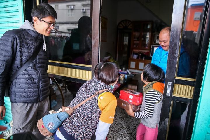 伊甸基金會社工跨海到小琉球,將年菜送到訪視個案家庭,送上最溫暖的關懷。圖/伊甸基金會提供