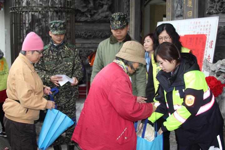 龜山分局、警察志工、軍方合作進行寒冬送暖發放白米、麵條,關懷弱勢家庭,也展開交通疏導、預防犯罪宣導,與民眾一起維護春安過個好年。記者曾增勳/攝影