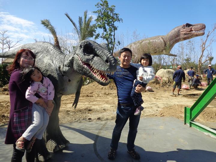 將於大年初1開幕的墾丁侏羅紀恐龍主題樂園,後方會動的巨型霸王龍,造價逾500萬元。記者潘欣中/攝影